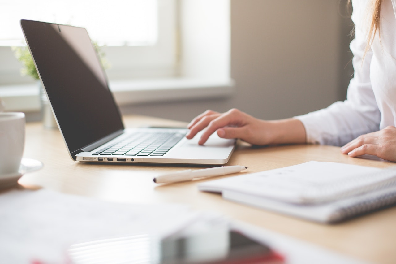 Kvinna vid dator som bokför förbrukningsmaterial