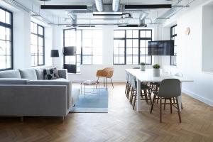 Kontor med blänkande golv