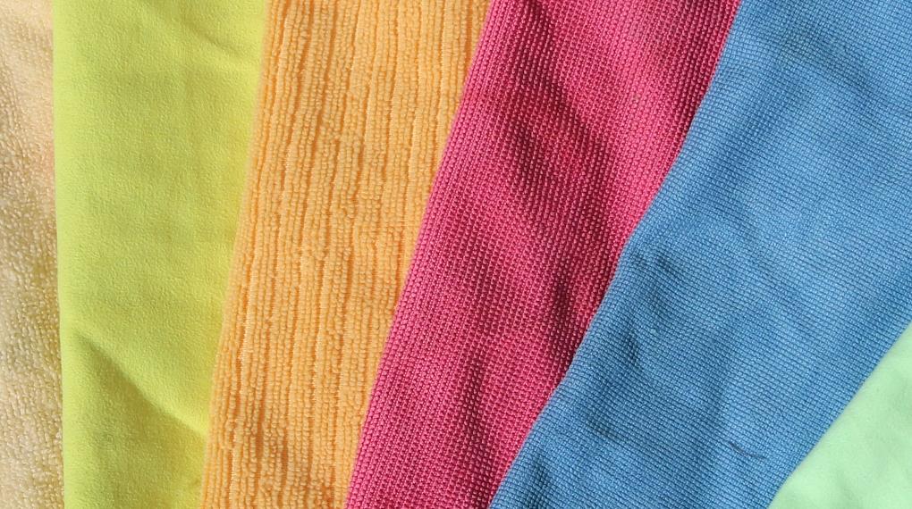 närbild på microfiberdukar i olika färger