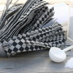 golvmopp som ligger intill tvättmedelspulver