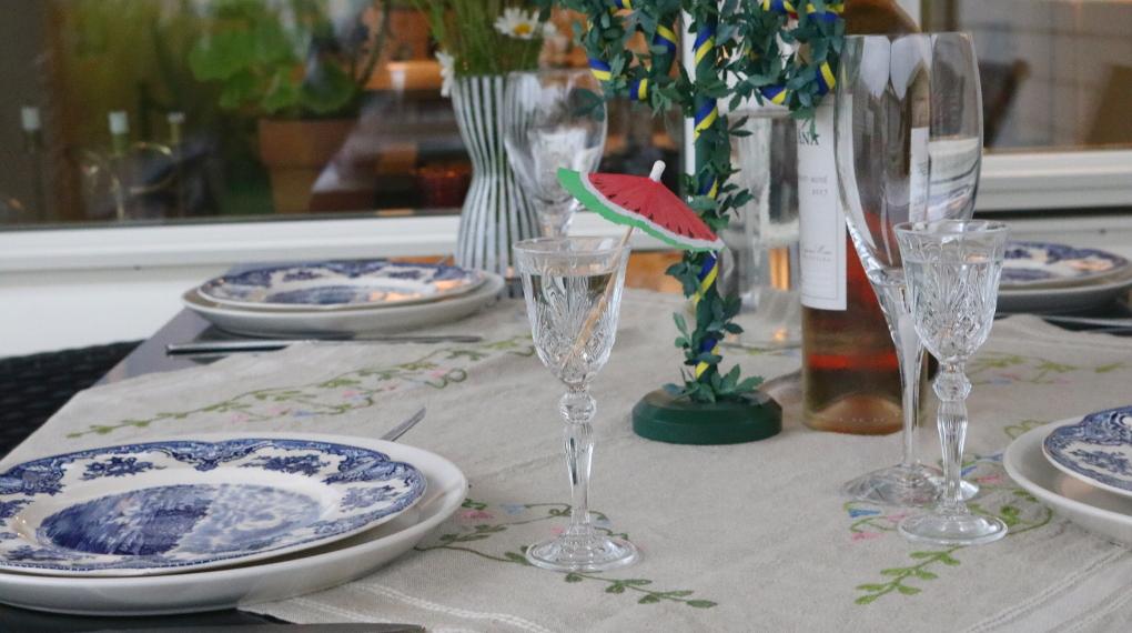 snapsglas med paraply på ett midsommarbord