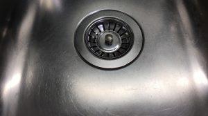 En glänsande diskho som rengjorts med tvättmedel