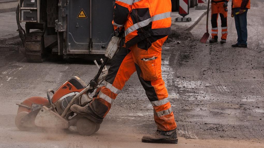 anläggningsabetare med smutsiga arbetskäder